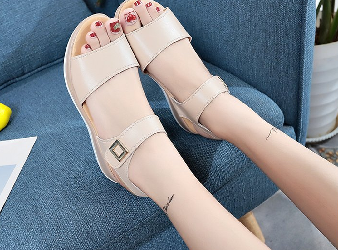 Liren 2019 Summer Fashion Casual Lady Sandals Hook Loop Flat Heels Round Open Toe Sandals Comfortable Breathable Women Shoes in Low Heels from Shoes