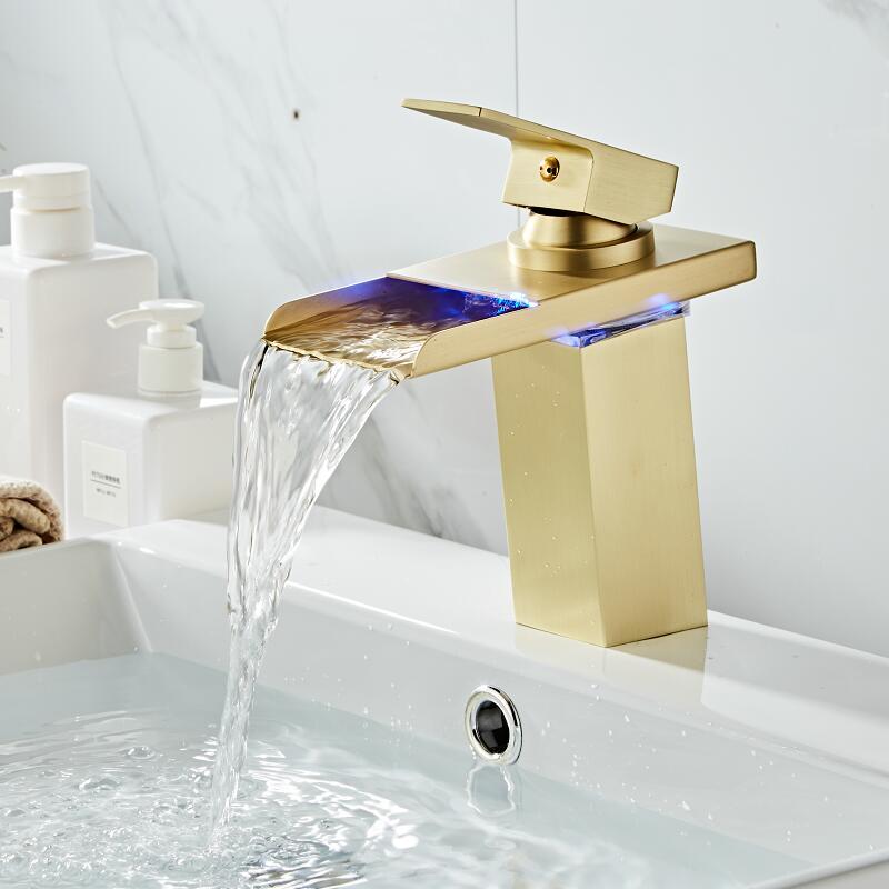 Robinet cascade de salle de bain robinet à LED robinet de lavabo en laiton doré brossé. Mitigeur de salle de bain mitigeur lavabo monté sur le pont