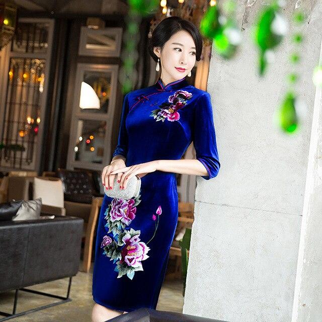 7325f354a Nueva 2016 otoño invierno largo de terciopelo cheongsam madre bordado en el  vestido de novia