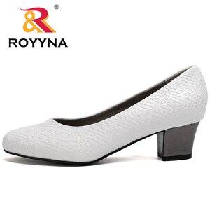 Image 4 - ROYYNA 2017 สไตล์ยอดนิยมผู้หญิงปั๊มส้นสูงผู้หญิงรองเท้า Serpentine วัสดุด้านบนผู้หญิงรองเท้าตื้นรองเท้าผู้หญิง