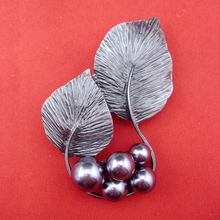 Фотография 2015 Gray Ti Metal Fashion Pearl Leaves Brooch Pin For Exaggerated Jewelry People Men