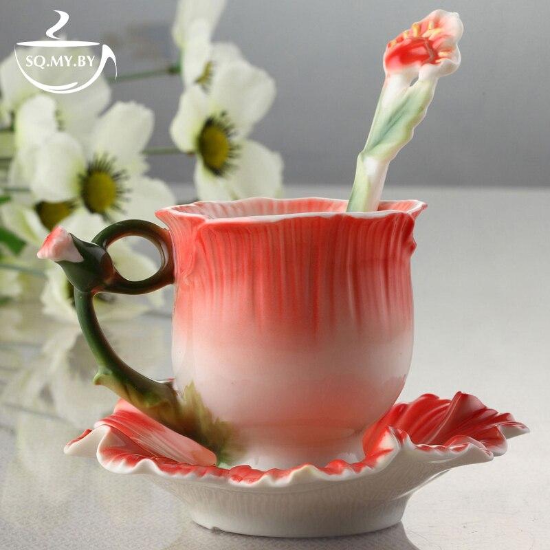Tasse fleurie en porcelaine avec soucoupe et cuillère assortie