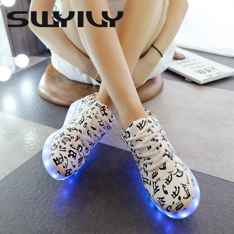 Prix pour LED USB Chargée Femme Planche À Roulettes Chaussures Laçage Falt Talon Blanc Femmes Nuit Clignotant Sneakers EUR 35-44 Plus La Taille