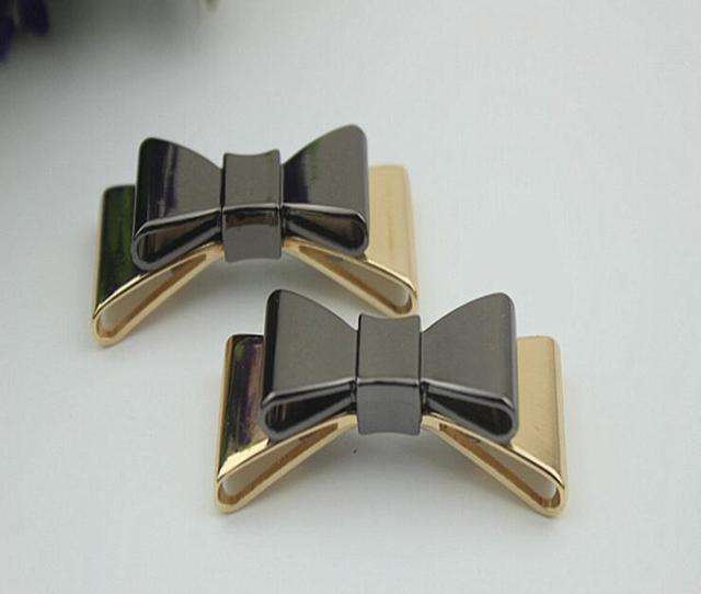 US $11.34 30% OFF|Freies verschiffen (10 Teilelos) hohe qualität schwarz und gold bogen sandale schuhe taste clip DIY manuelle metall Schuh