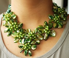 "Charm Green Shell Mop Freshwater Pearl Beads 8Flower Semi Precious Stone Necklace 17""(China)"