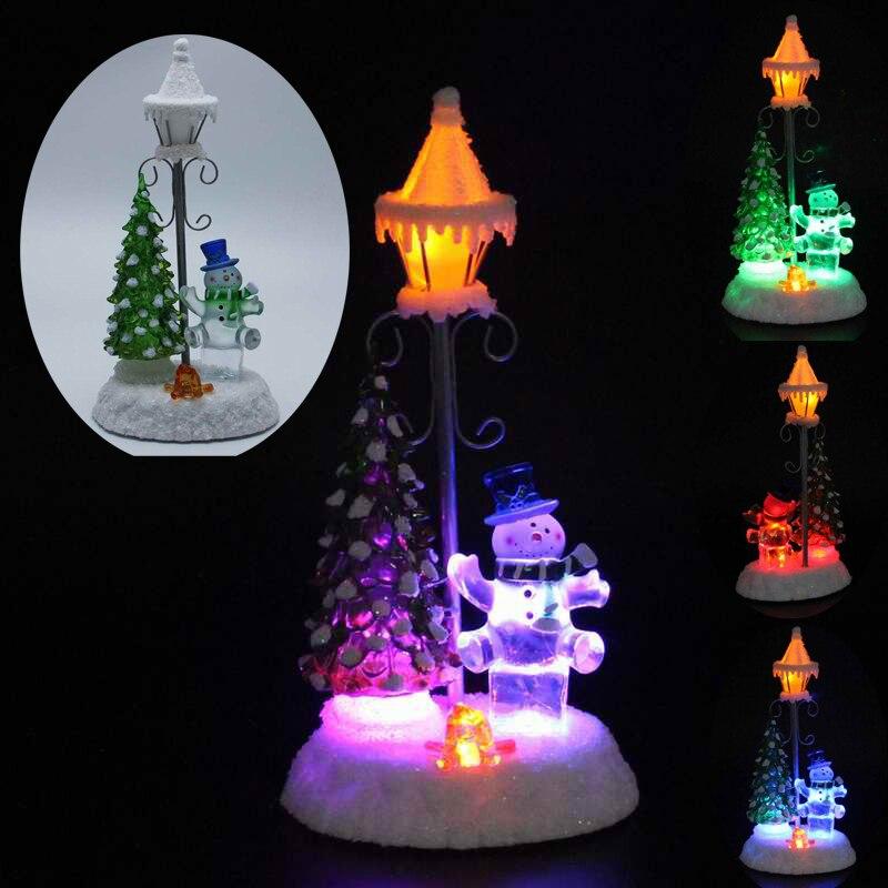 Confettis Lites LED bonhomme de neige debout avec une lampe et un ornement d'arbre RGB s'allument et le feu dans l'intérieur éclairé du bonhomme de neige