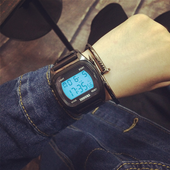Digitale Uhren Neue Sport Led Uhr Mode Digitale Uhr Datum/zeit/wecker/hintergrundbeleuchtung Männer Frauen Uhr Wasserdicht Gummi Band Schwarz & Weiß