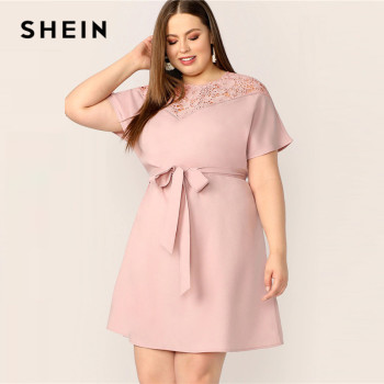 SHEIN Plus Size Pink Guipure Lace Yoke Belted Dress Women Summer Elegant Contrast Lace Workwear Solid Round Neck Plus Dresses Платье