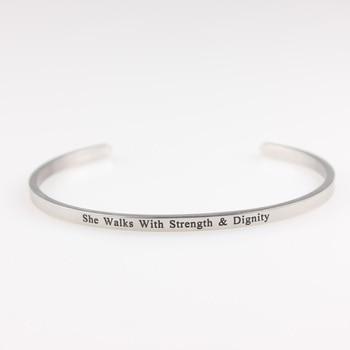 42761706e20b Camina con fuerza y dignidad Acero inoxidable grabado positivo inspirado  carta pulsera y brazalete para las mujeres