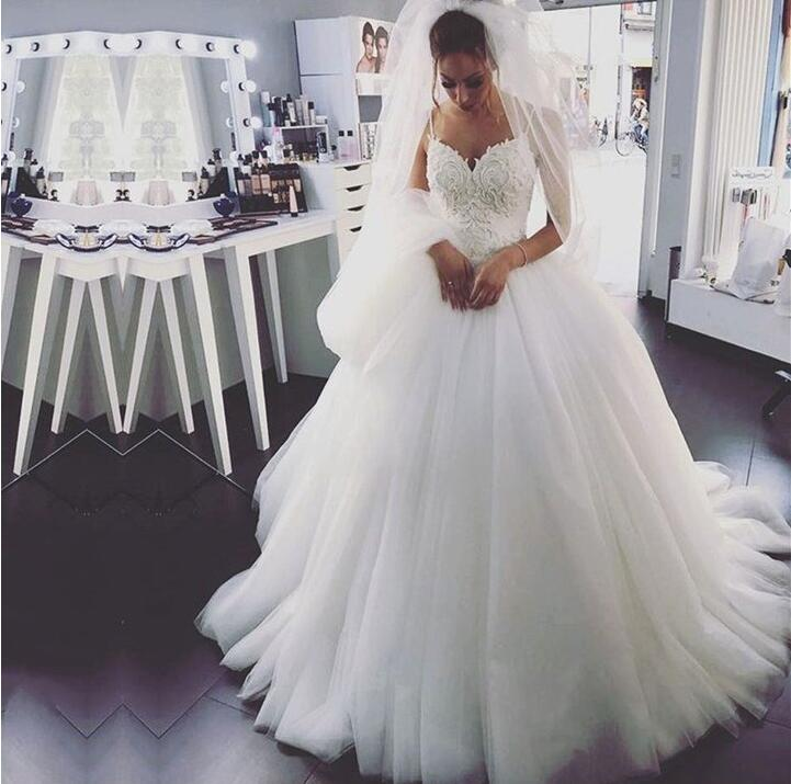 Elegant White Stunning Spaghetti Straps Ball Gowns Wedding Dresses Sexy V-Neck Bridal Dress Appliques Lace Tulle Wedding Gowns
