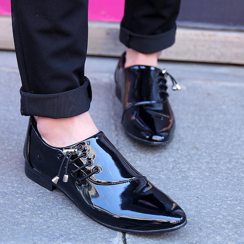 c374143eca Primavera otoño hombre joven moda punta estrecha casual Zapatos de cuero  personalidad lado Encaje charol brillante hombres Oxford Zapatos en Calzado  casual ...