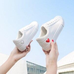 Image 3 - Mulher sapatos de couro moda nova mulher sapatos de couro do plutônio senhoras respirável bonito coração apartamentos sapatos casuais sapatilhas brancas da forma