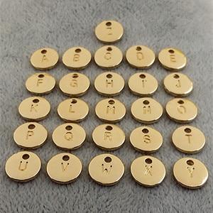 Image 2 - 130 Uds colgante de disco de oro redondo de doble cara alfabeto A Z dijes de etiqueta de letra sello joyería inicial, cuentas de 10mm para fabricación de joyas