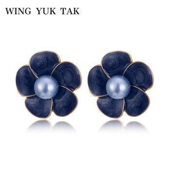 8701d6138162 Ala yuk tak Simple esmalte flor pendientes para las mujeres de moda coreano perla  simulada pendientes de la joyería pequeña Brincos Bijoux