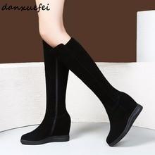 Женские зимние сапоги до колена из натуральной замши на танкетке; удобные высокие сапоги на высоком каблуке; теплые плюшевые высокие сапоги; обувь