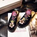 2017 женские летние сандалии Натуральная Кожа Заклепки Вышивает Этническом стиле плоские сандалии сандалии гладиаторов женщины суперзвезда обувь