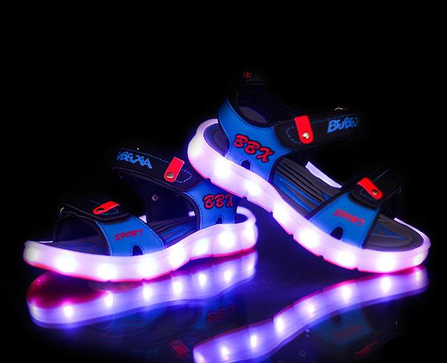2016 Europeu verão sandálias do bebê vendas quentes LEVOU recarregada USB iluminado cool kids shoes moda casual meninas meninos sapatos tamancos