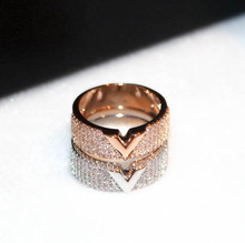 ФОТО 2017 new luxury gold plated v letter rings for women high quality gorgeous cubic zirconia ring party wedding ring anillos mujer