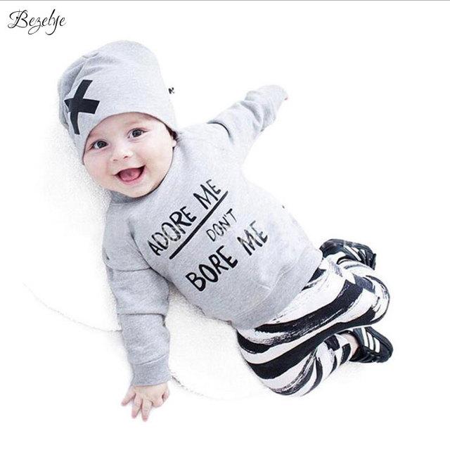 2017 Meninos Carta Listrado Ternos Do Bebê Do Algodão Roupa Dos Miúdos Dos Meninos T-Camisa + Calça + Chapéu de Roupas Meninos Da Criança moda 3 PCS Meninos Ternos