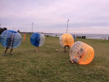 Darmowa dostawa! 1 2m 0 8mm pcv pół koloru gigantyczne nadmuchiwane piłki duże nadmuchiwane piłki bańka piłki nożnej na sprzedaż tanie i dobre opinie size 1 2m Unisex 3 lat Z tworzywa sztucznego Sport SG-BS-1 Bubble soccer Available(extra charge) 0 8mm PVC giant inflatable balls