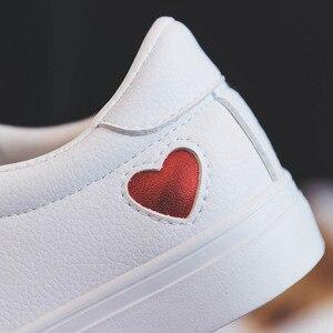 Image 4 - Mulher sapatos de couro moda nova mulher sapatos de couro do plutônio senhoras respirável bonito coração apartamentos sapatos casuais sapatilhas brancas da forma
