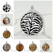 2019 New Hot Cattle Leopard Tiger Pattern Wild Pendant Glass Convex Men and Women Clothing Necklace Accessories Jewelry hot sale 10pcs 20mm handmade leopard photo glass cabochons pattern domed jewelry accessories supplies h3 31