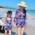 Familiar equipada madre e hija de la playa del balneario traje de baño protector solar de tres piezas de acero prop reúnen bikini culottes familia suite