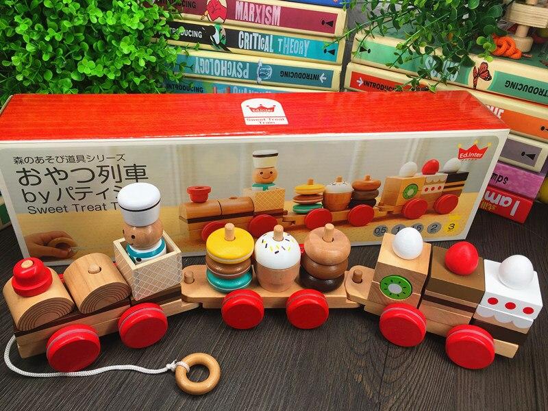 Collations empilées avec des blocs de construction, trois trains, des jouets assortis de puzzle pour enfants