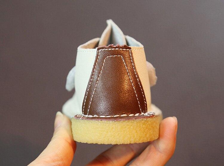 casuais sapatos de bebê menino pequeno fundo