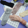 A forma Das Mulheres de Seda Gelo Sensuais Luvas de Renda Luvas de Proteção UV Verão Onda Curta Buraco Rendas Costura Rugas Bordado 5 Cores