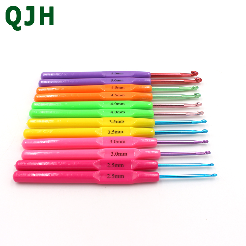 QJH Brand Color alumina crochet Hooks Set 12Pcs in Sizes 2.5MM-5.0MM Smooth plastic handle hooks The Best Gifts For Mom and Her.