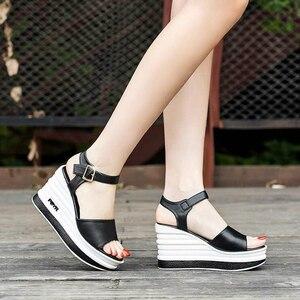 Image 5 - Yüksek kaliteli yaz ayakkabı kadın sandalet deri yüksek topuk kama kadın sandalet sünger kek açık ayak kalın kadın ayakkabı w206