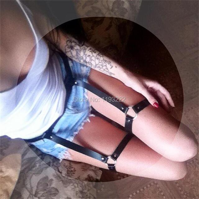 Секс-игрушки. Кожаные подвязки в готическом стиле
