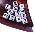 Mini Orden 100 Unids/lote 10*10 MM Cuadrado Blanco Alphabet Letter Beads Cubo de Acrílico Negro E Impresión Inicial Nombre Granos de la pulsera