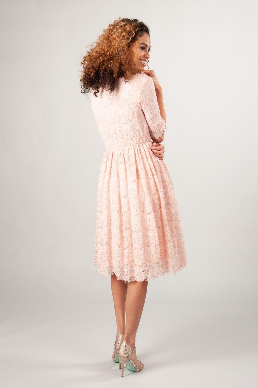 Rouge foncé dentelle a-ligne courte modeste robes de demoiselle d'honneur à manches courtes genou longueur Vintage Inforal bohème robe de demoiselle d'honneur