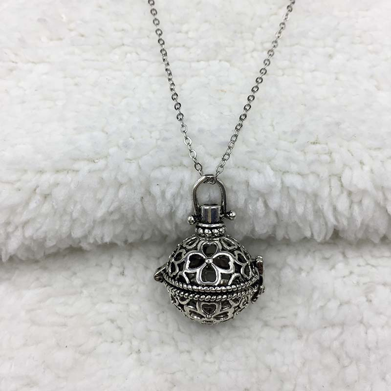 Modern Stylish Four Leaf Clover locket Necklace Woman lover perfume
