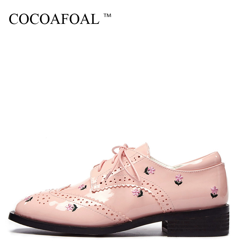 цены COCOAFOAL Woman Pink Genuine Leather Flats Fashion Personality Platform Shoes Patent Leather Pink Black Embroider Flats 2018