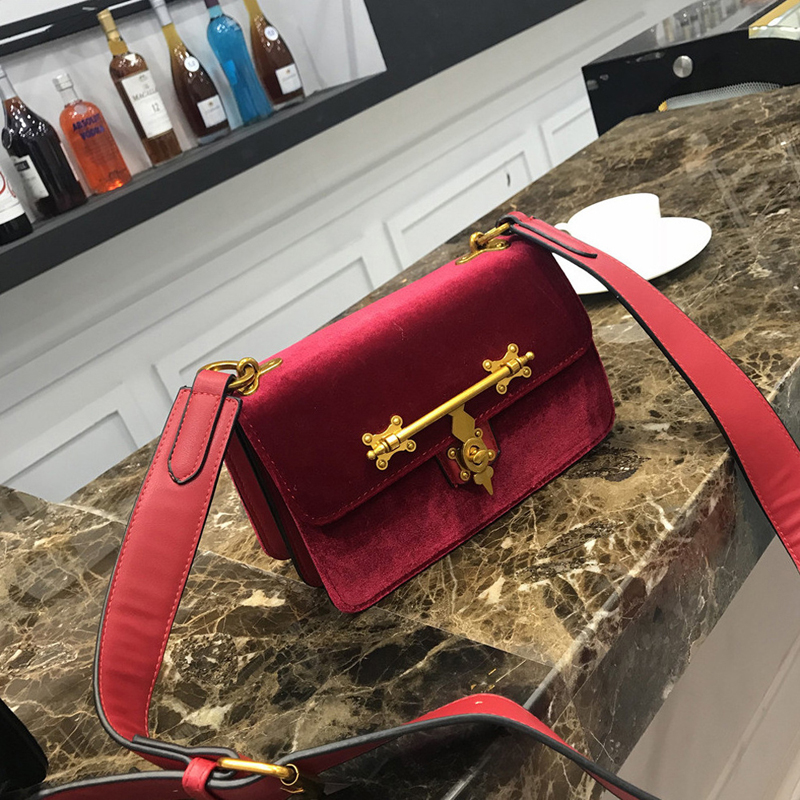 Velvet bag female Simple shoulder bag New mini square package Korean fashion buckle solid color package 2018 new female korean version of the bag with a small square package side buckle shoulder messenger bag packet tide