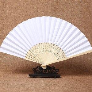 Image 1 - 50 pz/lotto Bianco di Bambù Pieghevole Tasca di Carta A Mano Cinese Fan Fan Favori di Nozze Regali Di Compleanno Decorazione Del Partito Complementi Arredo Casa 21 centimetri
