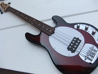 Nueva llegada 4 cuerdas música Stingray bajo eléctrico Guitarras en explosión roja calidad superior 100602
