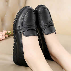 Image 3 - DONGNANFENG kadınlar eski anne kadın ayakkabısı Flats loaferlar inek hakiki deri kayma siyah yuvarlak ayak PU rahat düz 35 41 HD 802