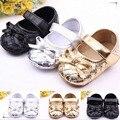 0-2 años niña primera caminata zapatos oro plata y negro de cuero material de calzado infantil de la muchacha con la mariposa nudo sapatinho de bebe 530