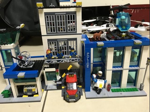 2017 Nuevo 890 unids 10424 Ciudad Comisaría building blocks Figuras de Acción conjunto helicóptero celda brinquedos REGALO leping