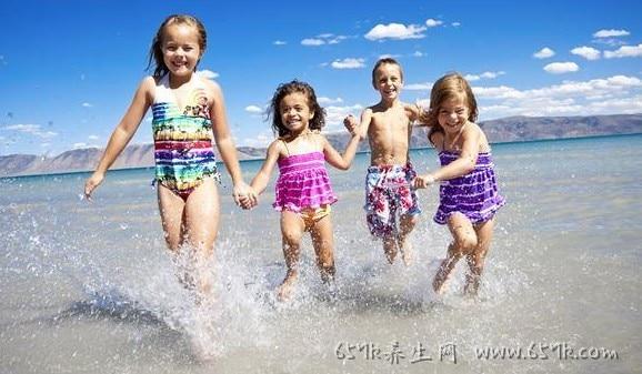 夏日玩水要注意!这样做避免海洋生物刺伤、溺水意外