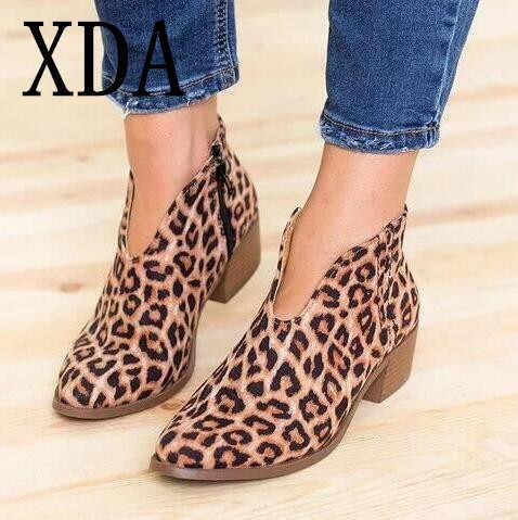 XDA Kadın Ayakkabı 2019 moda Leopar Baskı Seksi Sivri Burun yarım çizmeler üzerinde Kayma Derin V Yüksek Topuk Martin çizmeler Bayan parti ayakkabıları