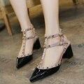Bombas de las mujeres Sandalias de Verano Mediados de zapatos de Tacón Alto Tacón Cuadrado Punta estrecha SEXY Remaches de Charol Oficina/Carrera Zapatos de Mujer