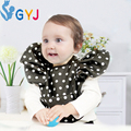 Babero negro blanco dot niños de la marca bebé baberos delantal Triangel toalla de bebé babero con mangas niñas niños baberos impermeables de manga larga