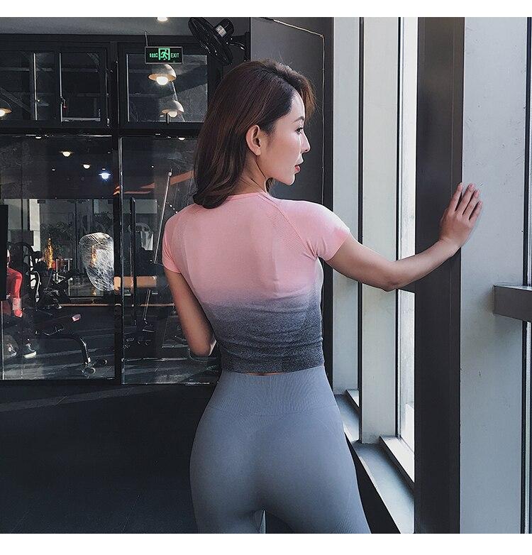 das mulheres dos topos do ginásio sem emenda superior do gym tshirt