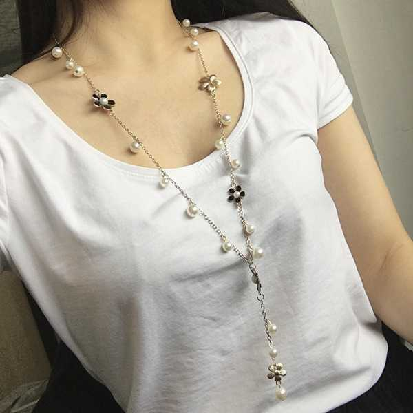 Moda caliente negro blanco cinco hojas ciruela flores simuladas perla cuentas cadena larga declaración suéter Collar para mujer joyería