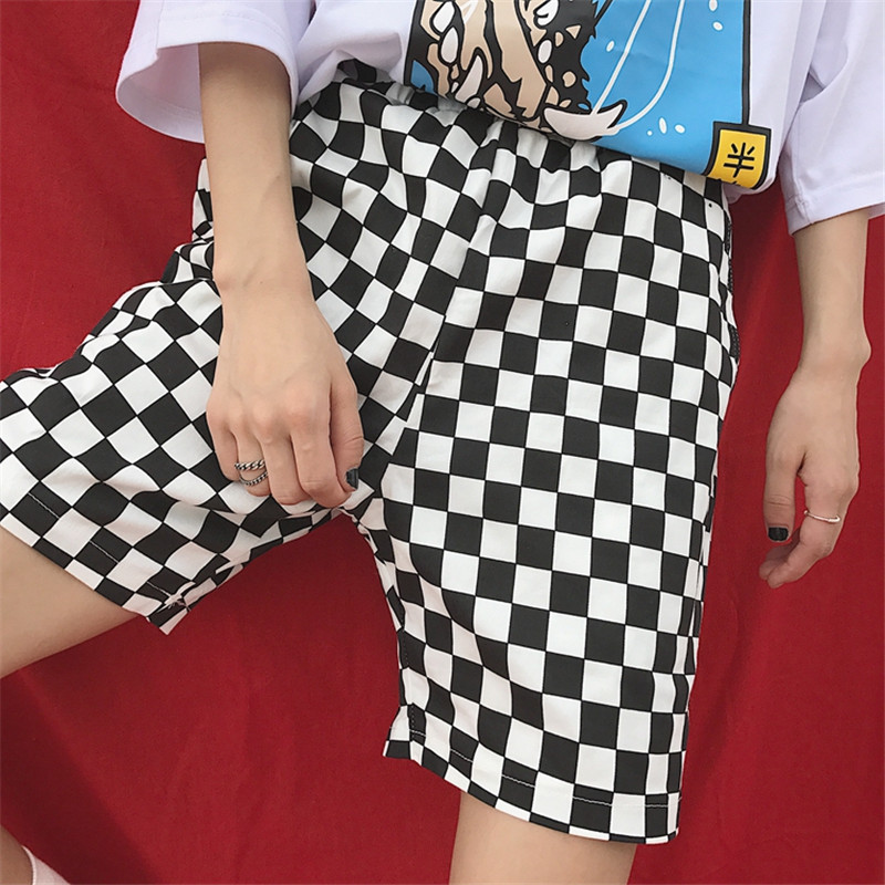 Harajuku Hiphop Checkered Summer Shorts Men Casual Hot Retro Vintage Street Loose Black White Shorts Fashion Men INS Shorts